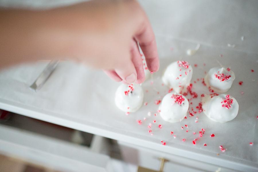 Peppermint-Oreo-Cake-Balls-Christmas-Dessert-16